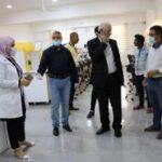 معاون العميد للشؤون العلمية في الكوت الجامعة يدلي بتوجيهاته للقائمين على تقنية المختبرات اليوم .